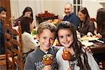Enfants aux pommes au Caramel au dîner de Thanksgiving