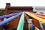 Vue d'angle faible des symboles de la fierté gay ligoté devant un immeuble, Dupont Circle, Washington Dc, USA