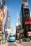 Bus sur une route, Times Square, Manhattan, New York City, état de New York, USA