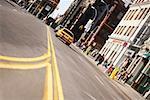 Faible vue d'angle du trafic sur un road, New York City, New York State, États-Unis