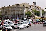 Trafic sur une route en face d'un palais, la fontaine de Cibeles, Palais de Linares, Plaza de Cibeles, Madrid, Espagne