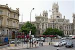 Trafic sur une route en face d'un palais, le Palais de Linares, Palacio De Comunicaciones, Plaza de Cibeles, Madrid, Espagne