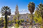Touristes devant une cathédrale, la Plaza-de-Armas, Arequipa, Pérou