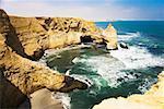Vue d'angle élevé des falaises sur la côte, réserve nationale de Paracas, Paracas, région d'Ica, Pérou