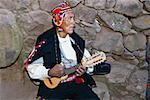 Gros plan d'un homme senior jouant un ukulélé, île de Taquile, lac Titicaca, Puno, Pérou