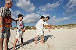 Famille, jeux de pétanque sur la plage
