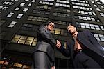 Gens d'affaires lui serrer la main, New York City, New York, États-Unis