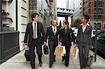 Gens d'affaires marchant sur le trottoir, New York City, New York, États-Unis