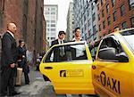 Gens d'affaires partage Taxi Cab, New York City, New York, États-Unis