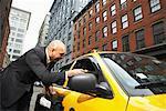 Gens d'affaires lui serrer la main de Taxi, New York City, New York, États-Unis