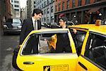 Gens d'affaires à côté du Taxi, New York City, New York, USA