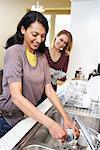 Femmes, laver la vaisselle