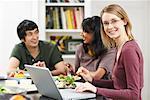 Femme utilisant un ordinateur portable à la Table du dîner