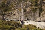 Homme pont sur la rivière, Hooker Valley, Canterbury, Nouvelle-Zélande