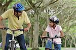 Un père et son fils faire du vélo ensemble