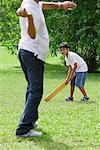 Un père et son fils jouent au cricket ensemble