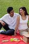 Un couple a un pique-nique ensemble dans le parc