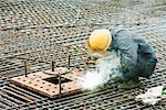Ouvrier du bâtiment travaillant au chantier de construction