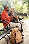 Couple avec du café et des bretzels dans le parc de la ville, New York City, New York, USA
