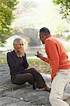 Mann schlägt Frau in Park City, New York City, New York, USA