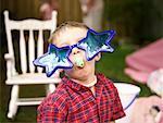 Garçon portant stupides lunettes de soleil