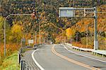 Route à travers les montagnes, montagnes de Hidaka, Hokkaido, Japon