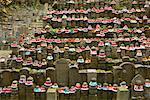 Statuen im Friedhof, Kansai, Honshu, Japan