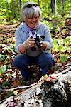 Femme tournage en forêt