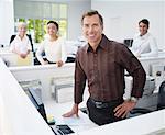 Vier Firmen in einem Büro, Blick in die Kamera