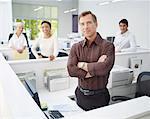 Vier Firmen im Büro Blick in die Kamera