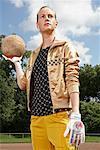 Frau hält Soccer Ball, Gelsenkirchen, Deutschland