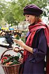 Femme avec téléphone cellulaire au marché