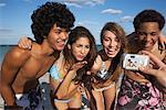 Amis qui posent pour la photo sur la plage
