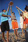 Amis de jouer au Frisbee sur la plage
