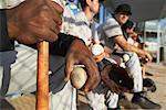Assis dans une mare-réservoir de joueurs de baseball