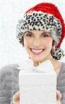 Portrait de femme avec imprimé léopard Santa chapeau, cadeau d'exploitation