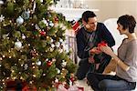 Paar am Weihnachtsmorgen