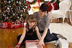 Mère et fille d'emballage cadeaux de Noël
