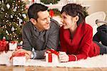 Paar Weihnachtsgeschenke öffnen