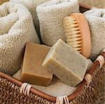 Stillleben mit Korb mit Handtüchern, Seife und Bürste