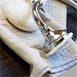 Stillleben mit Duschkopf auf Handtuch mit Seife