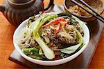 Nouilles de verre avec le boeuf et les légumes, les cacahuètes hachées