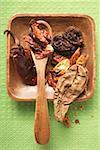 Divers séchés piments dans un bol en bois
