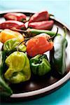 Divers chili peppers sur plaque en bois