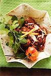 Chili con carne avec du fromage et la crème sure dans la coquille de tortilla