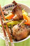 Pigeon rôti aux légumes sur nouilles (Asie)