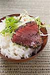 Filet de thon cru aux graines de pavot sur le riz