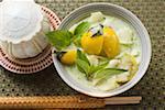 Soupe de noix de coco avec pommes de terre, poissons, aubergines Thaïs basil