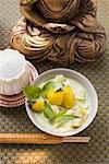 Soupe de noix de coco avec poisson et aubergines Thaïs devant Bouddha