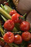 Rôti de porc aux tomates cerises et le céleri (gros plan)